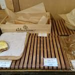 薪窯天然酵母パン工房 オ フルニル デュ ボワ - 品切もずいぶん…