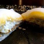 さくら茶屋 - レアチーズ大福の断面