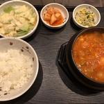 マダンセ - ◆スンドゥブチゲ定食・・「スンドゥブチゲ」「大根キムチ」「モヤシナムル」「サラダ」などのセット。