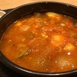 マダンセ - ◆スンドゥブチゲは、小さな海老とアサリ、お豆腐、白菜等が入り、程よい辛味で普通に美味しい。