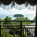 カフェ ラウンジ アンド バー アゼリア - バーの窓越しから眺める三河湾に浮かぶ竹島は絶景ですね