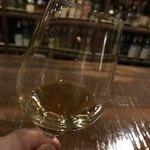 バー キッチン - GLEN GRANT10年 ゆっくりグラスを揺らして香り立たせます。 透き通る様な薄い色合い。  甘くてフルーティな香り。