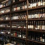 バー キッチン - 周囲を囲む様にウイスキーの棚があります