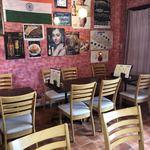 エベレスト レストラン&バー - これは中の様子です。張り紙いっぱいです張り紙いっぱいですが逆に落ち着きます。テレビもあります。今日は台風のニュースの日でした