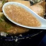 88862445 - 「豚そば 肉増し」のスープのアップ(「出来るだけコッテリ(デキコテ)」)