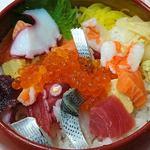 88864619 - 江戸金 @本駒込 ランチ 7種の魚介類が盛り込まれる ランチ ばらちらし シャリ少な目