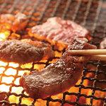 炭火焼肉 なかむら  - 燃え上がる備長炭が肉の旨味をしっかり閉じ込めます!