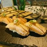 鮭バル SalmonBear - 紅鮭寿司(一貫250円 二貫は炙り)