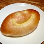 サパンジ - ニコちゃん顔のイチジク入りクリームパン