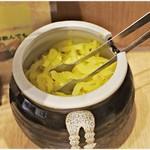 寿限無 担々麺 - 卓上のたくあん。はしごと言えばコレも特徴の一つですね。