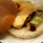 コメダ珈琲店 - 料理写真:直径12CMは、あるデカイデミバーガー。560円税込