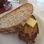 bills 福岡 - トースト220円、はライ麦パンを使ったトーストです。