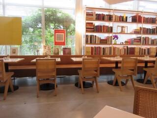 bills 福岡 - ガラス張りの斬新なデザインの店内には開放的で植えられた植物の緑を眺めながら食事が出来ます。