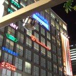 J.S. BURGERS CAFE - 左側に見えますのが、タカシマヤタイムズスクエアでございます。