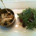 マザー・グース - ディナーコース5750円:さざえのリゾットと牛肉の味噌漬けのサラダ(ゴロゴロ入っているさざえと濃厚なチーズリゾットの絶妙なハーモニー)