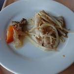 青山ガーデンリゾートホテルローザブランカ - 食べ終えたタイミングで、補充された豚肉の蒸し物と肉じゃが。気になるので味見したけど、フツーでした。