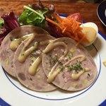 マルティニーク - 【前菜】鶏肉と豚肉とピスタチオのスライスソーセージ サラダ添え