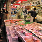 北浜 いしころ - オーナー料理長が毎日市場で素材を仕入れ。変わった魚や野菜も登場します。