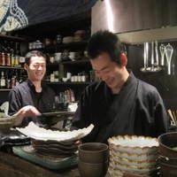 北浜 いしころ - オーナー料理長(右)は神戸・花隈出身の36歳、18歳から和食一筋。寿司も握ります。