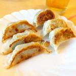 粥菜坊 - 左:セロリと鶏肉餃子(3個¥259)、右:おくら大豆コーンと豚肉餃子(3個¥292)