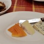 ビストロ ラ コケット - チーズ盛り合わせ。フルム・ダンベール(右)が特に美味しかったです。