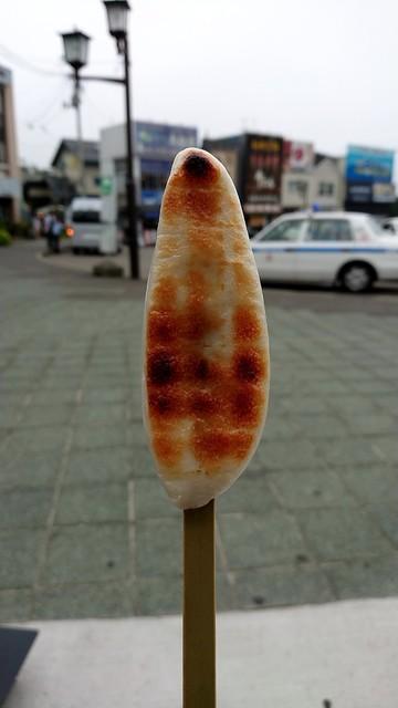 松島蒲鉾本舗 門前店 - ベンチで頂きます
