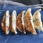 揚げ物のおおしお - 焼き餃子  (焼きたて)