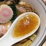 中華そば 四つ葉 - 新桶初しぼり金笛醤油、比内地鶏と手火山式鰹節の完璧なスープ