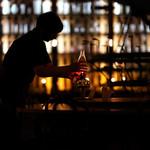 88934316 - 暗闇の中でランプに火を灯す。
