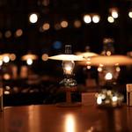 88934357 - 100を超えるランプの火が空間を照らす。