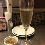 ワイン食堂 八十郎 - グラススパークリングとお通し