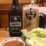 串屋横丁 - ホッピーセット450円とお通しのキャベツ