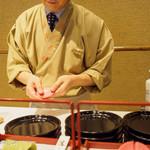 鶴屋吉信 - 練りきりを広げています。
