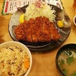 とんかつ玉藤 サンピアザ店 - 熟成ロースかつ定食(180g)。