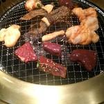 和牛ホルモン 文吾商店 - いろんな種類食べれる!!焼いてきます!
