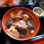 88946722 - 甘辛い味付けのキノコ汁は、もう一つの主役。ヒラタケ・舞茸・えのき茸・生きくらげ…