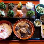 88946732 - 山菜盛合定食(¥2000)。8種類の山菜が勢ぞろい、これぞ山の滋味の決定版!