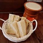 湯島ワイン食堂 パパン - 名物!アリゴ(630円)/ お通しのフォカッチャ