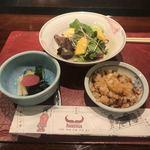 ステーキハウスハマ - 最初に配膳される サラダ、漬物、タレ