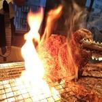 88956231 - ローストポーク 炭火の炎で・・・