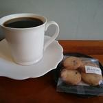 コーヒーキャラウェイ - ブレンドコーヒー、クランベリーココナッツクッキー