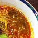 万里 - かなーり赤いですね。でも、表面だけで、中は中華風のアッサリ醤油味スープになってます。