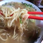 88962811 - 麺はこんな感じ。中太麺で、短め。