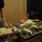 亀平 - 4人用の座敷、料理は岩ガキ、野菜スティック、枝豆、スジ肉煮込みなど
