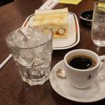 コンパル - アイスコーヒーは別カップで熱い状態で提供