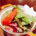 カフェ キャラット - サラダ。ドレッシングが私の好きな味✨なんのドレッシングか今度聞いてみよう♪