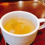 カフェ キャラット - スープ。角切りの野菜が入っていて美味。優しいコンソメ味です。