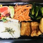 野菜のアイデケーノ - カジキの竜田揚げ弁当(本日の野菜サラダバー、キャロットラペ、きゅうりとわかめの塩昆布和え)972円