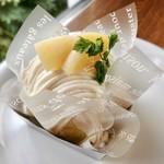 CAFÉ de ROMAN - 季節のモンブラン(ピーチ)@ロールケーキにカスタード、白桃ジュレ、ピーチ生クリームで爽やかなモンブラン