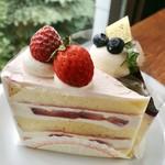 CAFÉ de ROMAN - 2皿目@いちごのショートケーキ、ベリーソースのカマンベール